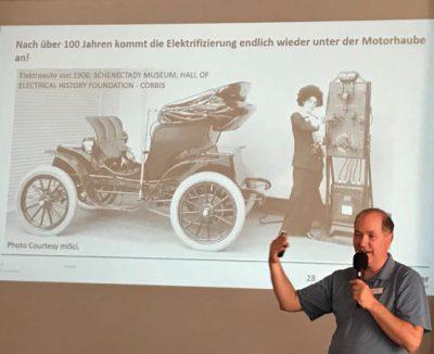 Vortrag Dr. Victor Trapp vor Leinwand