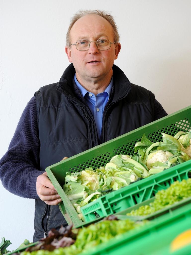 Erich Gahr mit Gemüsekiste
