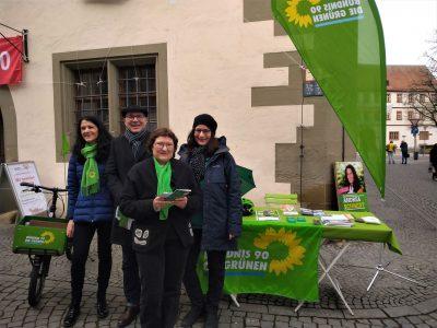 Andrea Schmidt, Artie Gutschera, Christa Büttner und Eva Trapp am Infostand Kitzinger Marktplatz