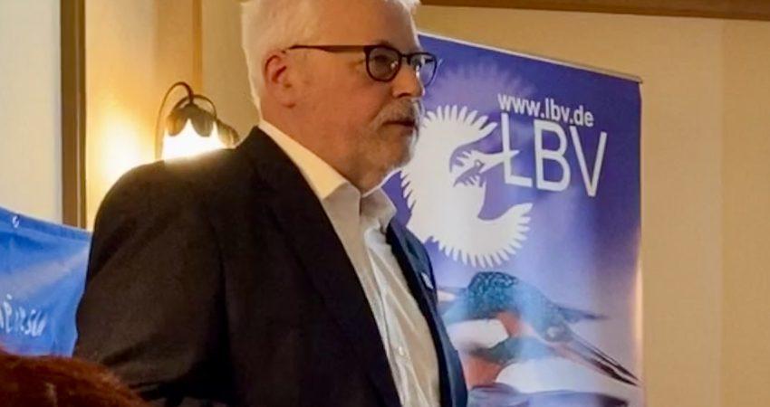 Klaus Sanzenbacher vor LBV-Banner