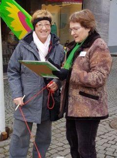 Christa Büttner befragt Passantin am Weltfrauentag