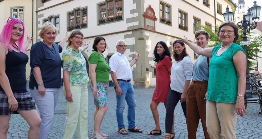 GRÜNE vor dem Rathaus: v.lk.s.: Anne-Lea Beckenbauer, Stefanie Schumacher, Gisela Kramer-Grünwald, Eva Trapp, Klaus Sanzenbacher, Andrea Schmidt, Angela Hufnagel, Isabella Burger, Christa Büttner.