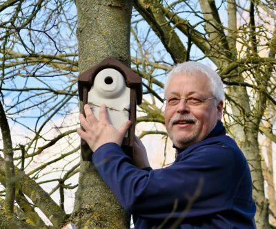 Klaus Sanzenbacher mit Vogelhäuschen