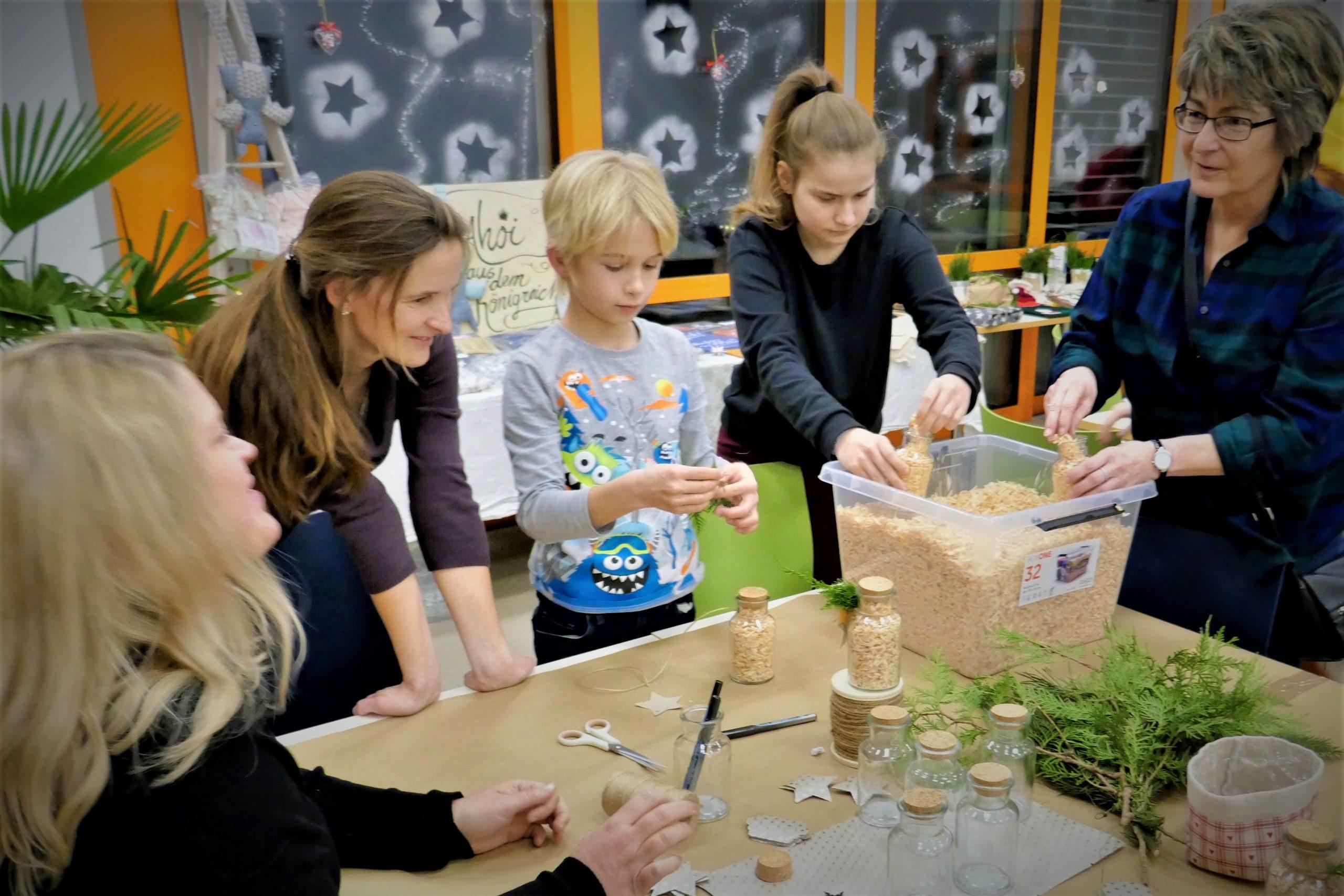 Workshop Grüne Weihnachten - Teilnehmer beim Basteln
