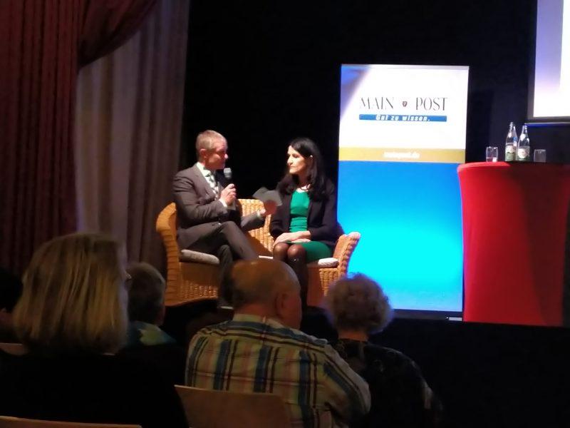 Andrea Schmidt zum Gespräch mit Redaktionsleiter Brachs auf dem Talk-Sofa