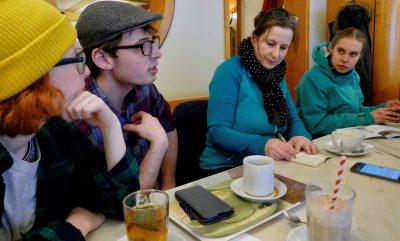 Eva Trapp im Gespräch mit den Fridays For Future-Aktiven in Kitzingen