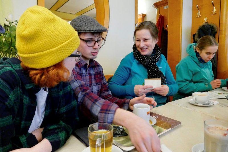 Eva Trapp im Gespärch mit den jungen Leuten von Fridays For Future