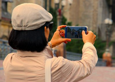Touristin mit Smartphone