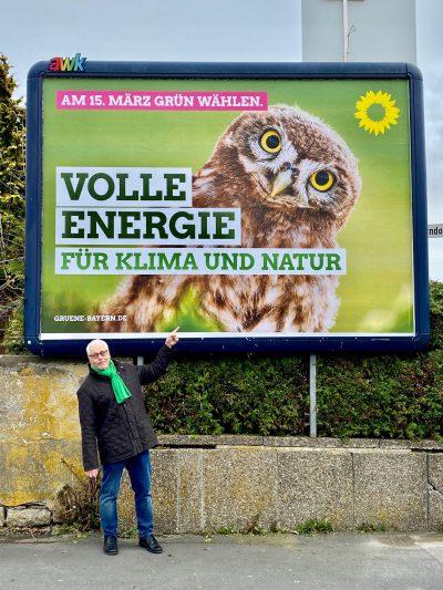 Klaus Sanzenbacher vor Plakat der GRÜNEN zur Kommunalwahl in Kitzingen