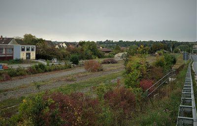 Das brachliegende Gelände des ehemaligen Bahnhofs Etwashausen