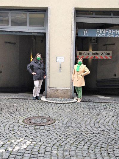 Eva Trapp und Christa Büttner vor der Einfahrt Tiefgarage Herrnstraße